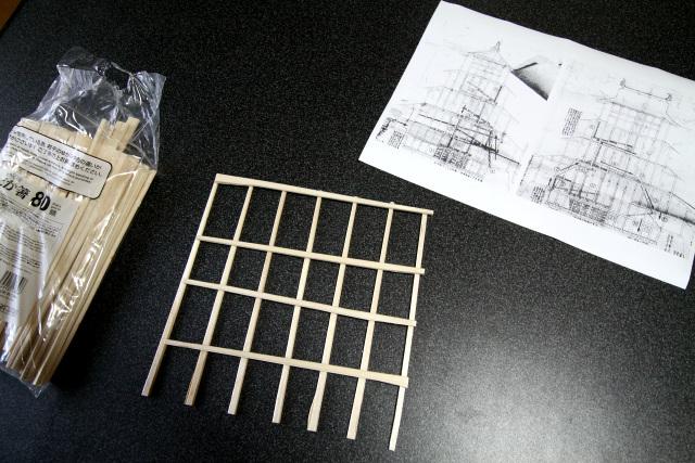 江戸時代の図を参考に、割り箸を組む
