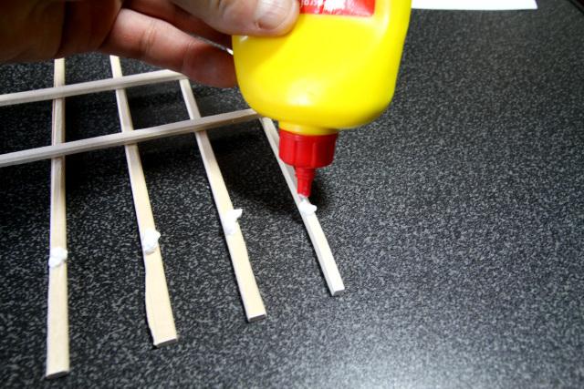 組んだ割り箸をボンドで接着