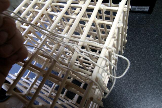 立体的な模型の内側にタコ糸を通すのはひと苦労だった