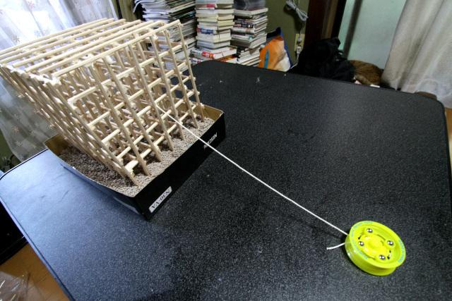 タコ糸の先端に、巻き上げ器「大五六」を模したヨーヨーを繋ぐ
