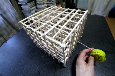 ちなみに摩擦が少ないテーブル上だと、模型は傾かず、水平に移動するだけでした