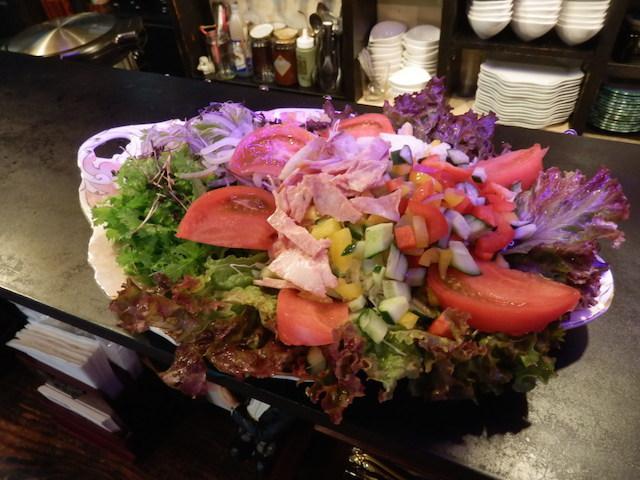他のお客さんが注文した開運効果がありそうなサラダ
