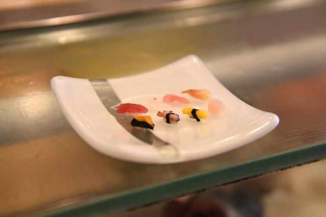完成! 赤身、カレイ(お皿の色と同化してしまってるけど)、中トロ、ホッキ貝、蒸しウニ、タコ、玉子、ガリ。カメラのピント合わせも大変。
