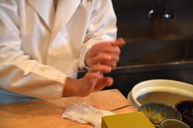 普通の寿司を握ってもらう。さすが手早い!