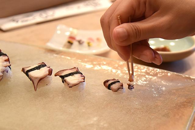 爪楊枝をお箸代わりに。醤油は小さいガリにつけたものをポンポンと