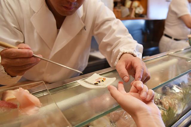 寿司は素手で食べるのがツウだろう。大将に指に並べてもらう。