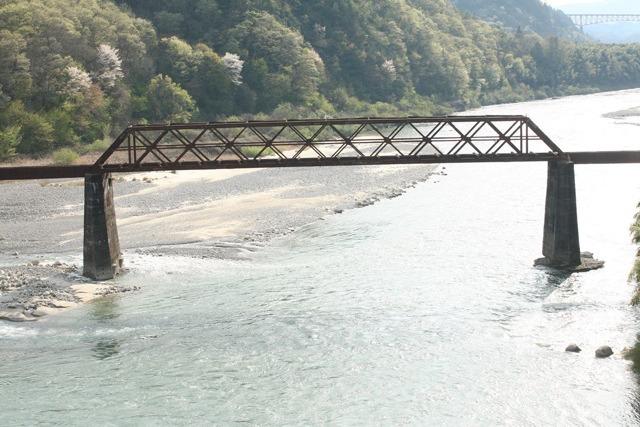参考:北恵那鉄道 木曾川橋梁のダブルワーレントラス。側面が X の形。「轍のあった道」より許可を得て掲載。