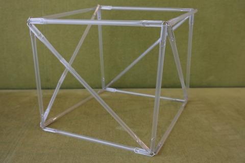 立方体にすれば自分で立つ。筋交いは必要だけど。
