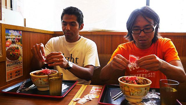 メキシコ流の牛丼は、大量の「紅生姜」と「七味」を、