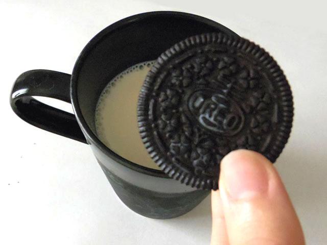 そして、「牛乳につける」食べかた。実は今回、この企画用に初めて試したのだが、「なんで今までやらなかったんだろう!?」と後悔するくらいにおいしかった。ちょっとパサついたクッキーやクリームに牛乳が入り込み、絶妙なハーモニーを奏でる。浸し時間で食感が変わるところもイイ。