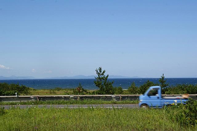 左手には陸奥湾の群青色の海