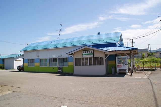 校庭の体育倉…、ではなく陸奥横浜駅の駅舎。無人ではない
