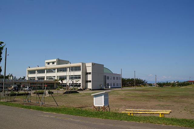 海沿いにある町立横浜小学校。いずれこの1校にまとまる予定だ