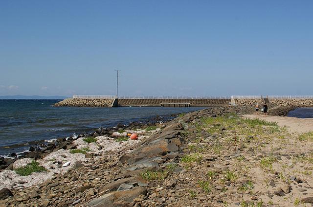 上の二つの浜の中間にあるナタネ島