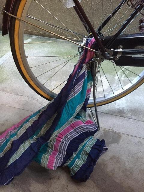 ロングスカートを自転車の後輪に巻き込んだ。引っ張っても取れなかったので、スカートを切るしかないと四階の我が家まで行こうとしたら、自転車がエレベーターに入らない。仕方ないので、スカートを脱いでハサミを取りに行きました。(写真は再現風景)(sugar_sugarさん)