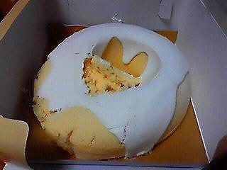 親戚の子供がおばあちゃん家への手土産のケーキに尻餅(せうまさん)