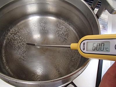 水2リットルを断熱調理用の鍋に入れて60度まで加熱。