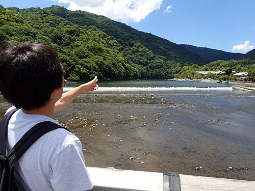 対岸を指さすナオさん。どうやらあっちが目的地のようだ。僕と橋を渡りたかったのだろうか。