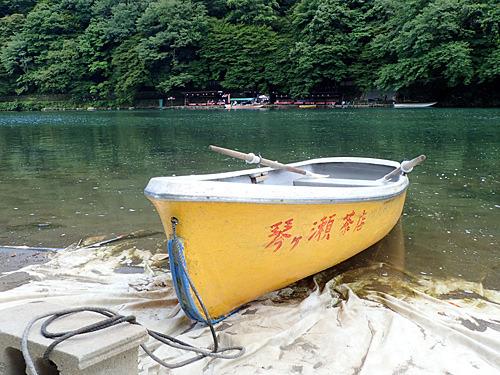 確かにお茶屋さんのボートだ。それにしたって勝手に乗っていいのかな。いいんだろうけどさ。