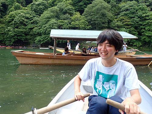 川を行き交う遊覧船から、「あの手漕ぎボートはなんなんだ?」という視線が集まる。
