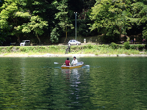 ボートで川を渡るナオさんと私が見える。あれ?