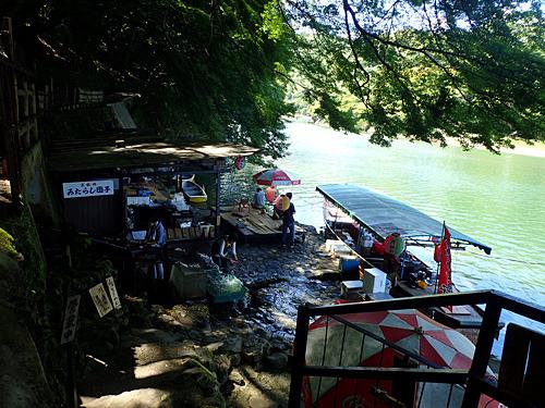 水位が1メートルも上がれば、店は川の中に沈んでしまう。