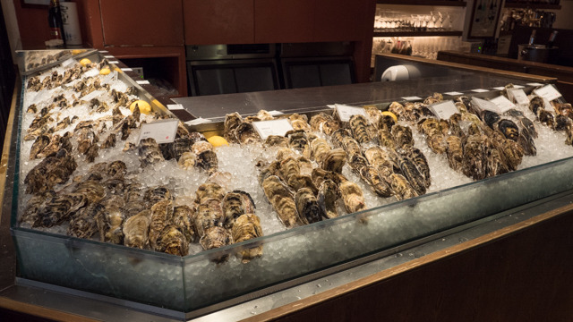 産地ごとに生牡蠣が並んでいる。今日は15種類あるらしい