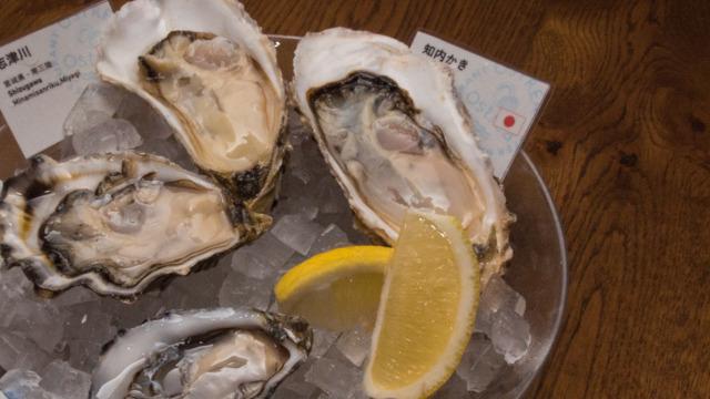 牡蠣はそのままたべる。レモンを絞ってたべると栄養を吸収しやすいらしい