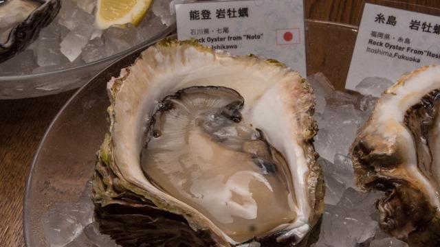森氏のお膝元、石川県の岩牡蠣。こういうものをたべて育ったら生ガキは石川のものであって東京には合わないと言うかもしれない。しかし今やこちらでもたべられるんですよ、森さん!