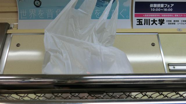 温泉卵を電車の網棚に乗せるが、落ちるのが怖くて何度も位置の確認をする。