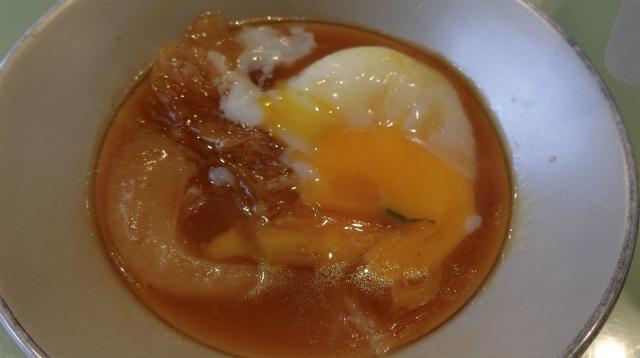 卵を崩すと、ご飯にかけて食べたらうまそうになった。