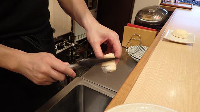 塩釜焼きは包丁の背で丁寧に塩を取り除いていきます。