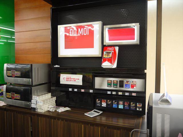 レジ向こうのタバコ売り場。