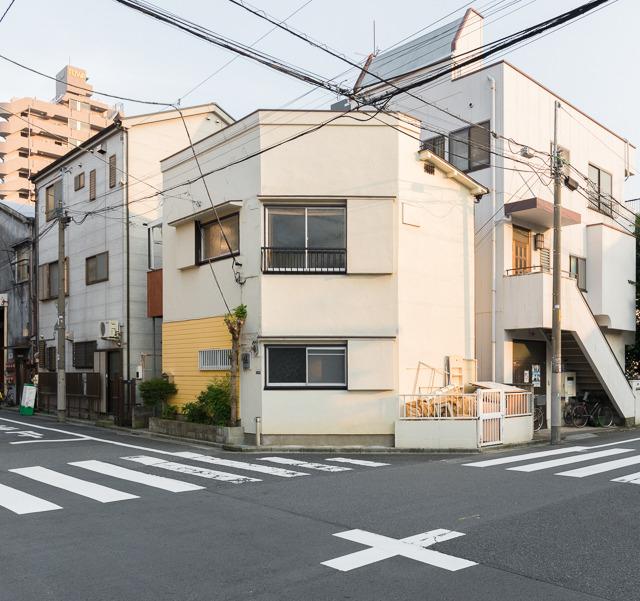 こういう風に角がすぱっと切り取られている建物を愛でていたら、とある謎に。