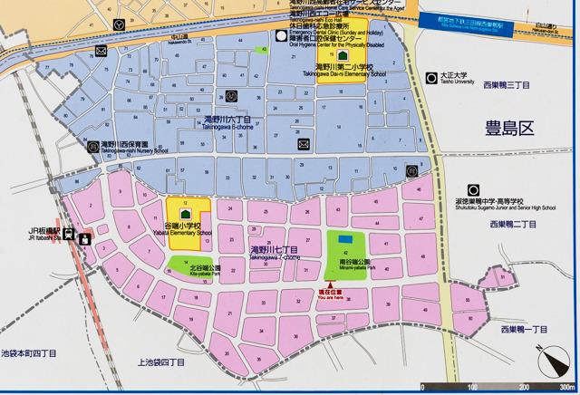 黒エリア内の公園にあった看板(整備された街には公園がちゃんとある)。ピンクが黒エリアに相当する。地番でいうと滝野川七丁目。ここは北区と豊島区の境界なのだった。