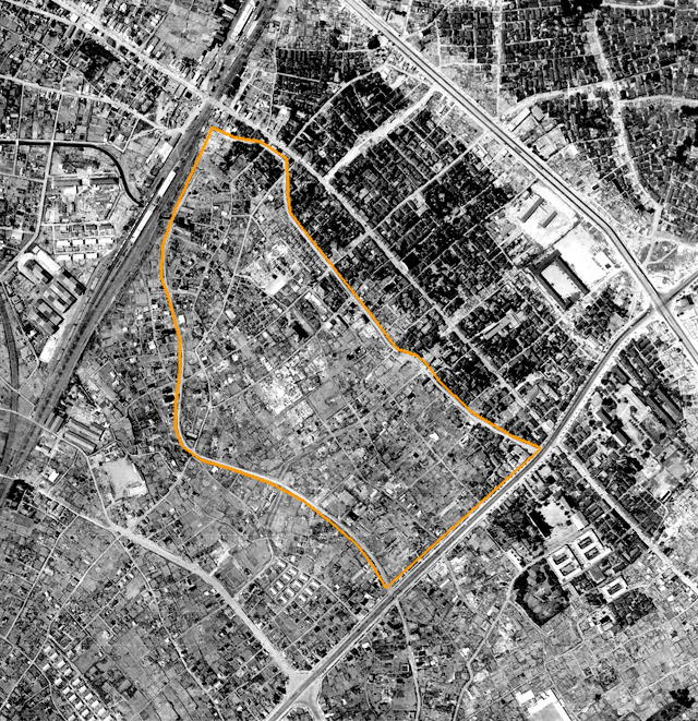 1947年の様子。オレンジの線内が黒エリア。北東側境界はきれいに焼けたかどうかの違い(崖線)だが、南西側はグレーエリアも消失している(国土地理院「地図・空中写真閲覧サービス」より・コース番号・M377/写真番号・122/ 撮影年月日・1947/07/24(昭22)に加筆)