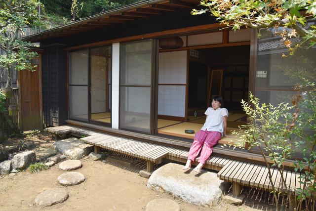 そしてこの人が縁側ちゃんこと、縁側大好きっこの成瀬夏実さん。腰かけ2秒で縁側のある風景に馴染んでいる。さすがである