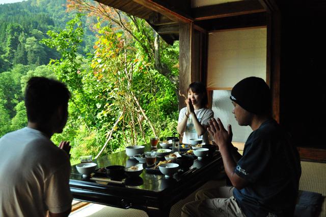 テーブルを縁側に寄せて食事もできる。ティファニーならぬ縁側で朝食を