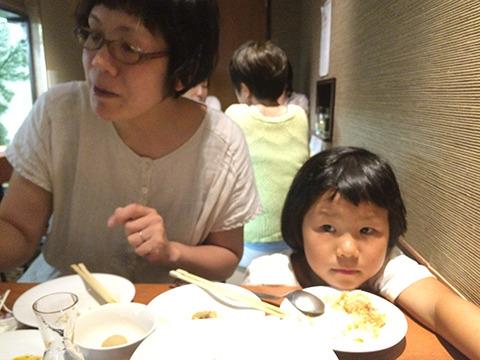 「もっと食べなさいよ」お説教はだいたい泣く。そして母になぐさめられて母を信頼する。父にいつまでも威厳がない
