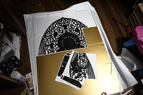 ボードの上に金紙をはりつけ、その上に仏像の光背のコピーを