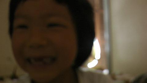 カメラに気づいて遊びはじめた。後ろに父の威厳がうっすら見える