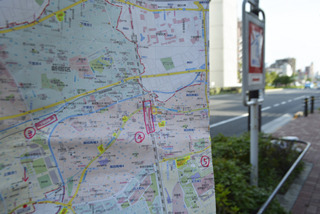 大判地図の、スーパーと駅に印をつけて目印にしながら、新宿をぐるっと1周するかんじで