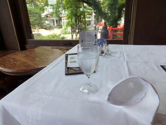 外の景色が見えるテーブル