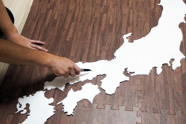 そしておもむろにカッターを取りだし、これから地形を削っていこうと思う。まさに神の手である