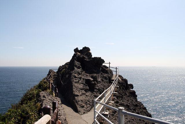 図ばかりではイメージが湧きにくいので、写真も載せておこう。これが切り離された伊豆半島の先端だ(何を隠そう私は岬巡りが趣味なので、いろんな岬に行っている)