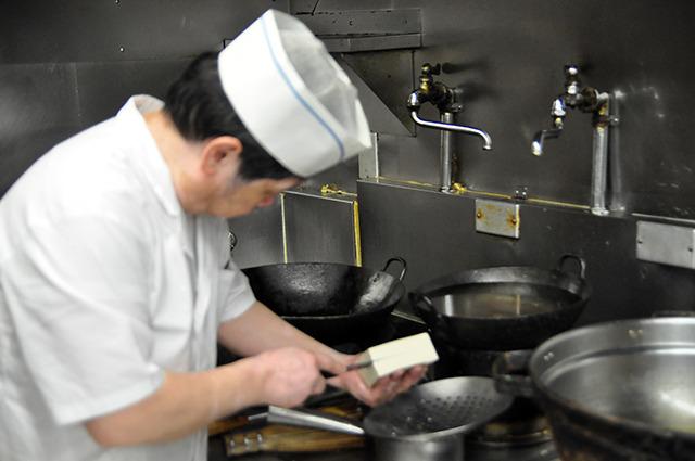 まずお豆腐を切る。山崎はこの時高確率で手も切っている