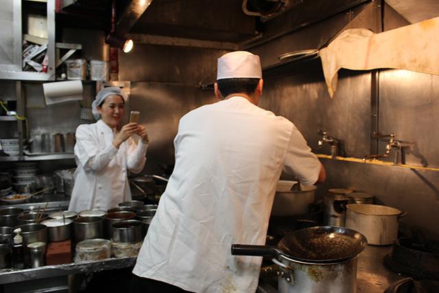 鈴木さんとおそろいの白衣を着て厨房へ
