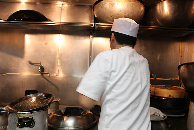 てきぱきと調理される鈴木さん