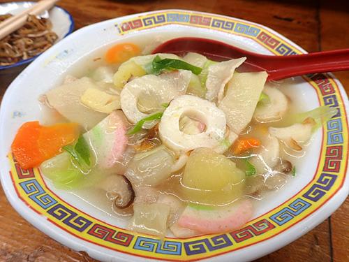 具はジャガイモ、ニンジン、タケノコ、ネギ、シイタケ、豚肉、カマボコ、チクワ、キャベツと八宝以上。とろみがなくサラッとしている。