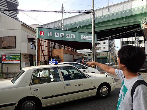 情報通の先輩によると、この自販機の目の前にある大阪地卵という会社が、この自販機の運営元らしいよ。本社の前なので、フラッグシップとして10円でやっているのかもね。